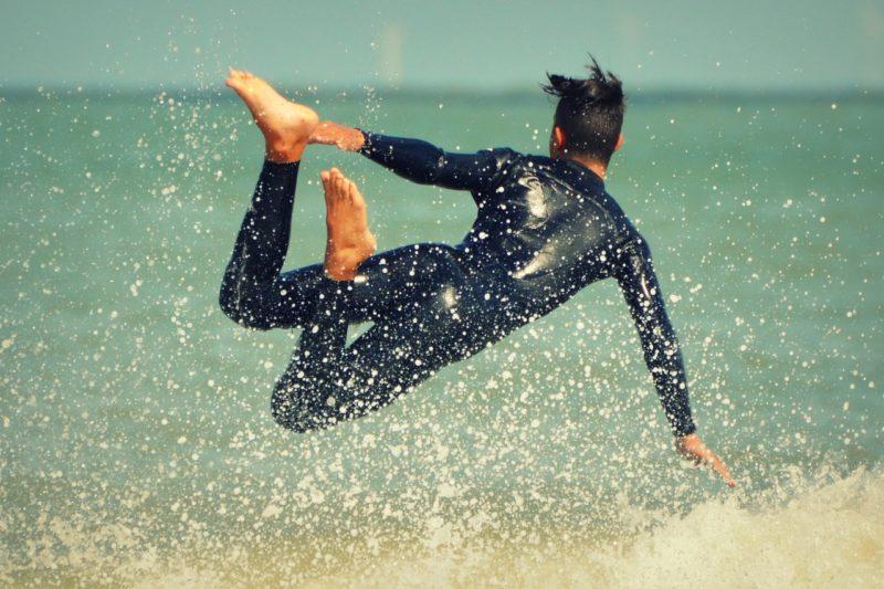 ラッシュガード・パーカーを着たまま泳ぐのはOK?泳ぎやすいのはどっち?